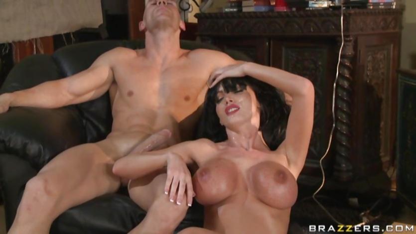 Brunette MILF liebt hard doppelt penetration sex