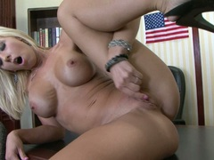 blonde bitch Jessica Lynn loves to make herself cum while toying her snatch