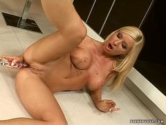 Hot bombshell fills her cunt with a hard glass dildo