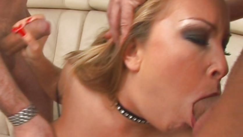 deepthroat-jessica-moore-gagging-close-up-of-man-playing-with-pussys-played-with