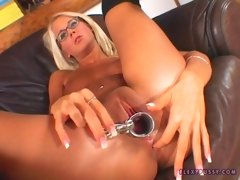 Dorina fills her cunt with pink toy then with a speculum