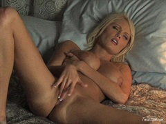 Hannah Hilton playing her cunt with her fingers until she cums