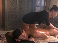 Jessica Jaymes has London Keys massage her curves