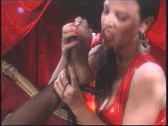 Nikki Benz lets Anastasia Pierce tongue her toes
