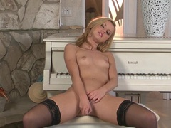 Sassy Jessie Rogers plays with her throbbing clit slit