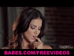 Beautiful Latina Sunny Leone loves fingering
