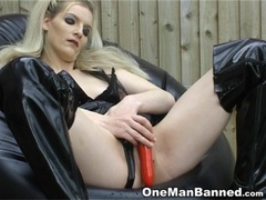 Blonde pleases her own sweet holes