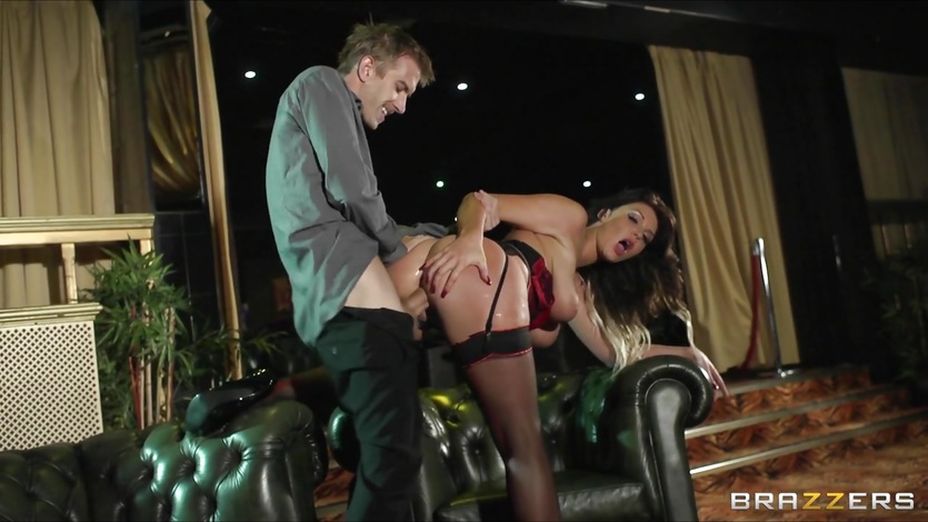 Gorgeous UK stripper Emma Leigh gets fucked
