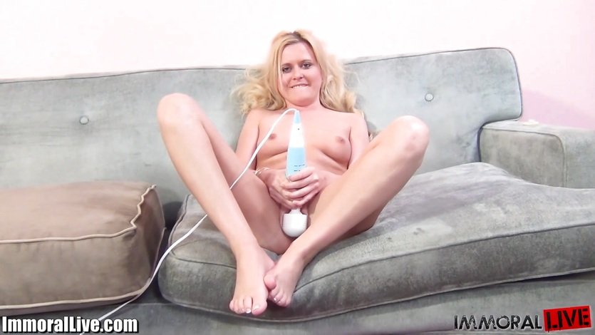 Kelly Surfer is a sexy squirting bitch