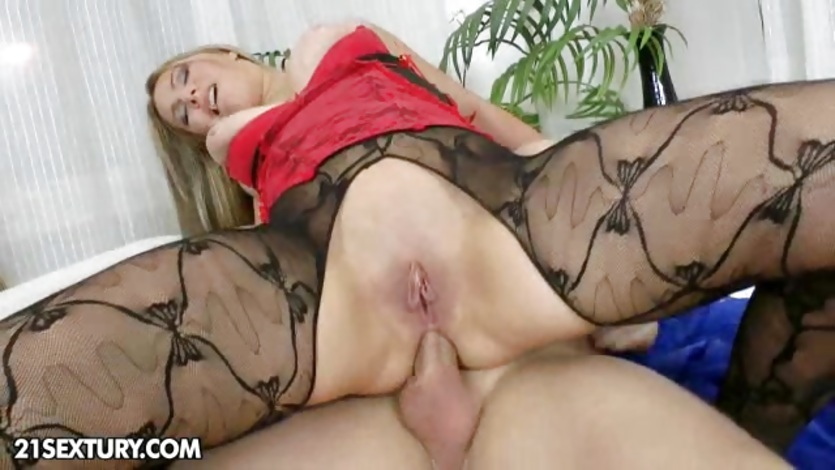 Horny babe bounces her ass on this thick cock