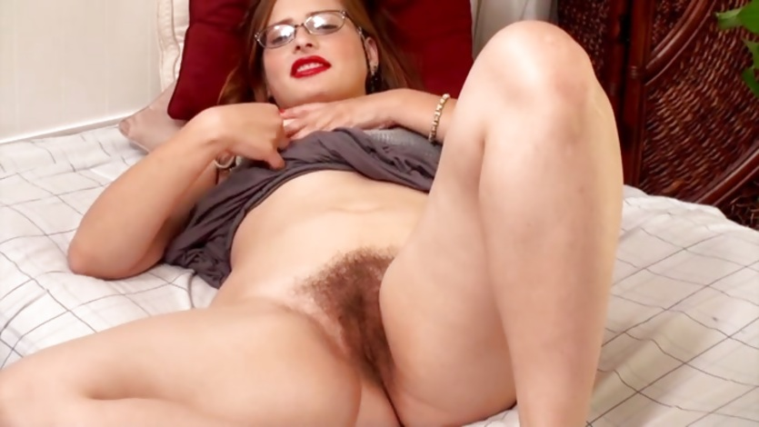 Hairy babe with red lipstick tampers with her hole