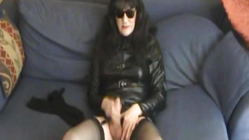 Tranny in sunglasses jerks his dick