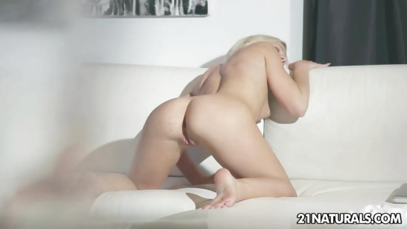Kiara Lord loves teasing her hot pussy