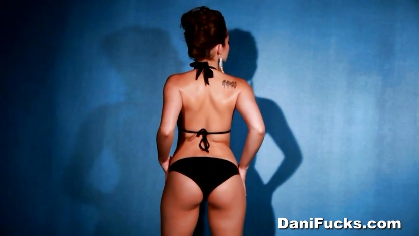 Dani Daniels shows off her delicious round ass