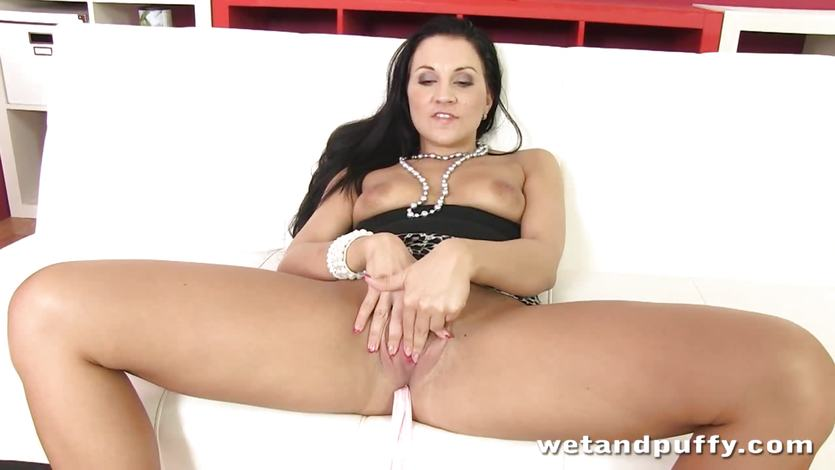 Clair Brooks torments her warm pussy