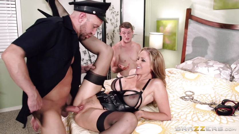 Sexy MILF Julia Ann in kinky hot threesome