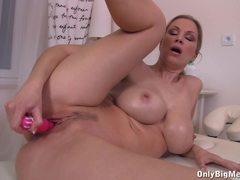 Carol Goldnerova dildo fucks her warm pussy