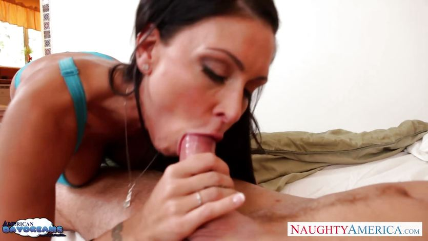 Jessica Jaymes stuffs her mouth with hard cock