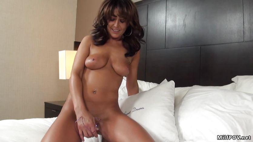 Amber Jane rubs her moist slot