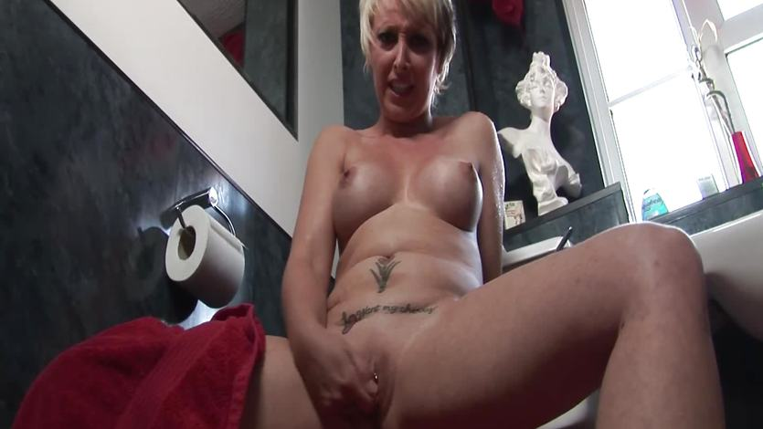 Tracey Venus plays with her moist slot