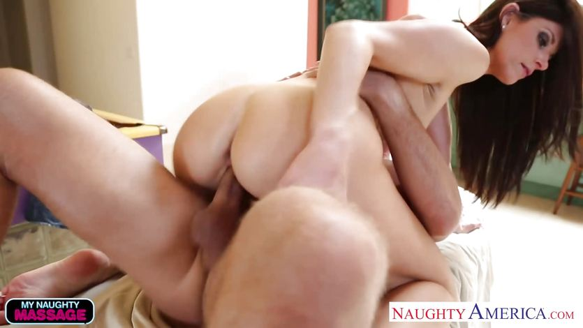 Masseuse India Summers gets her pussy hammered