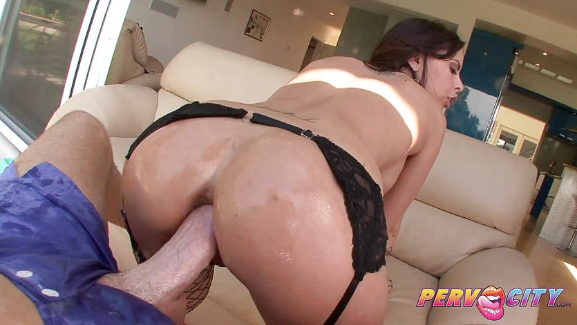 Milf Brandy Aniston takes it in her ass