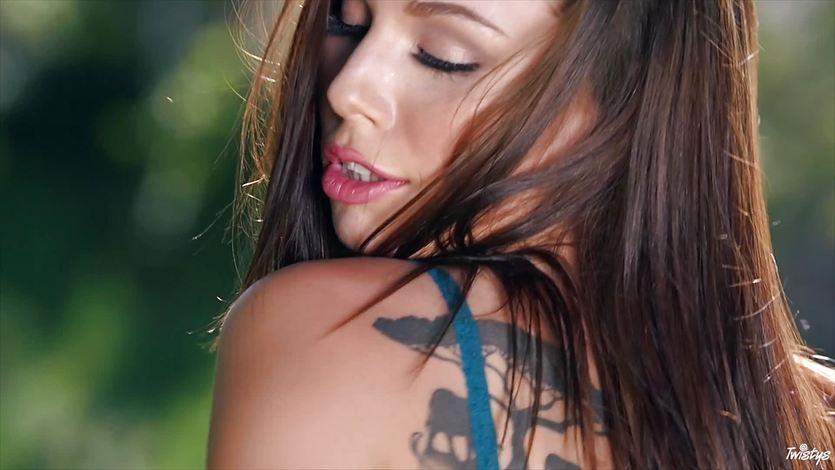 Outdoor orgasms with beautiful Aidra Fox