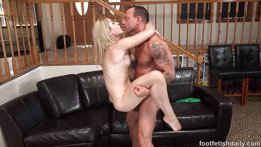 Sensual babe Goldie gets her pussy slammed