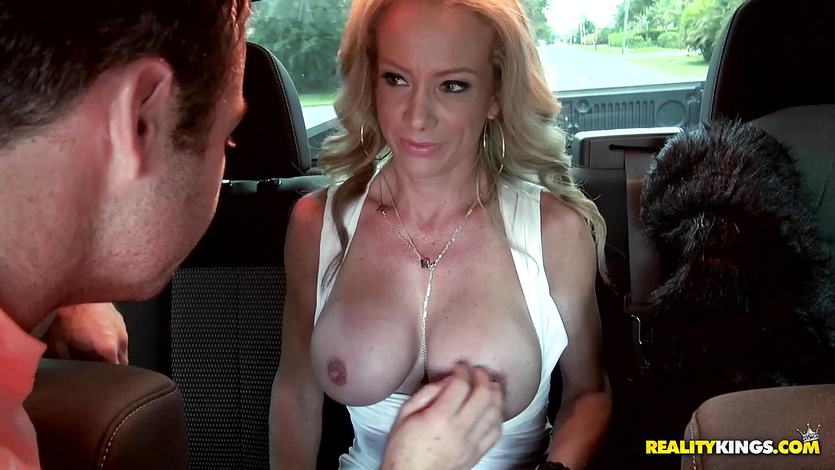 Mature woman Raquel Sultra going pussy deep