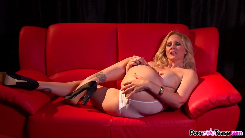 Sexy MILF Julia Ann plays with her sexy muff