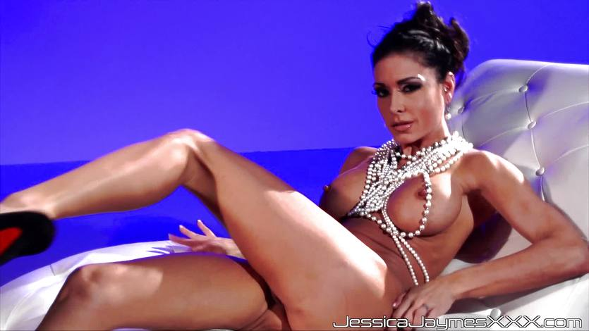 Sexy brunette Jessica Jaymes plays with her sexy muff