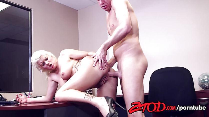 Laela Pryce gets her ass slammed