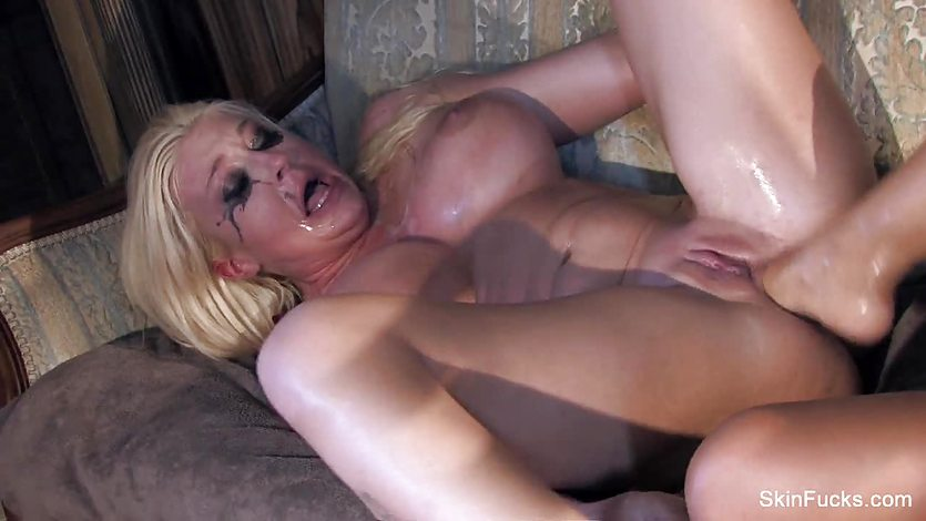 Pussy grinding Skin and Leya
