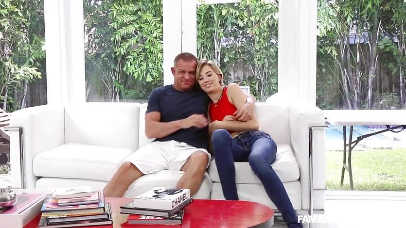 Красивая латинка отсасывает и трахается с любовником на диване  473727
