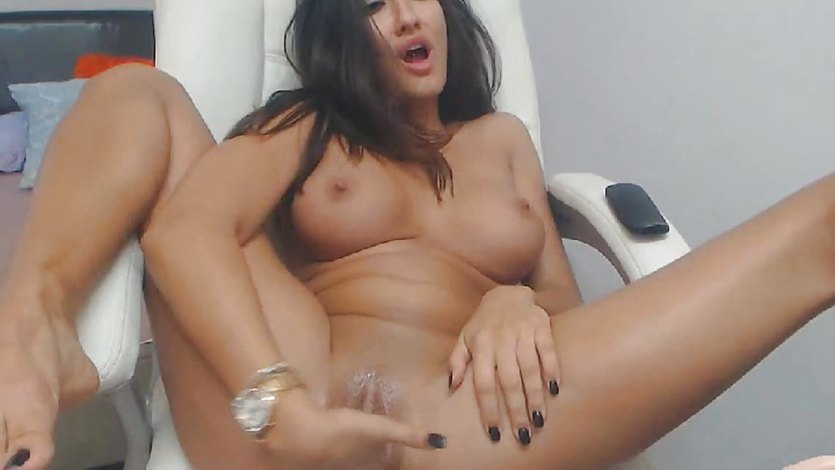 Babe Loves To Play With Her Clit