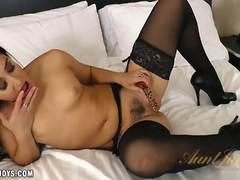 Stunner Sheena Ryder masturbating