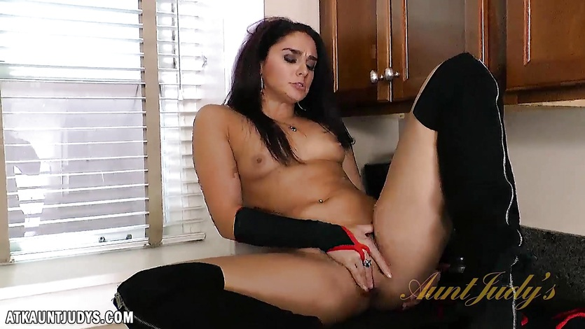 Sexy babe Sheena Ryder naked