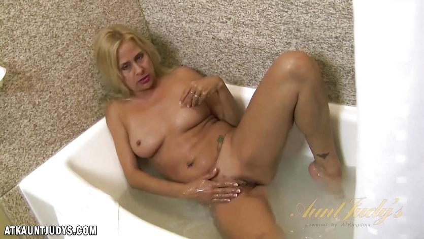 Payton Leigh masturbates in bathroom