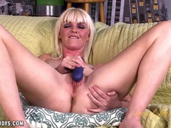 Marie McCray makes her self cum