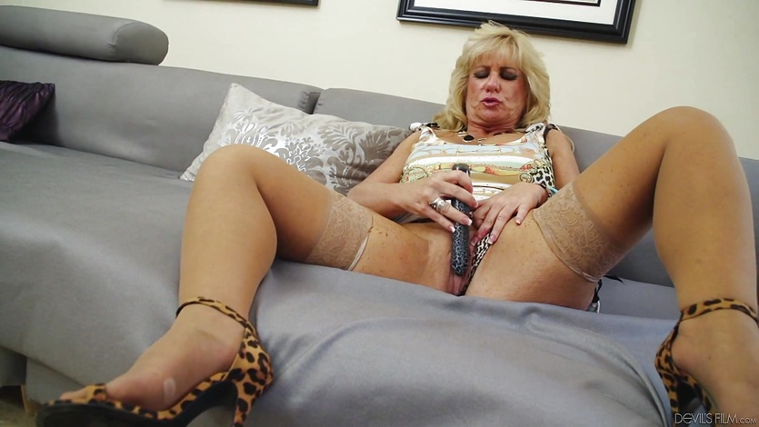 Mature Zena Rey toys her pussyhole