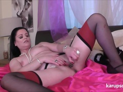 Milf Sarah Kelly masturbating
