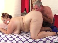 Plumper Buxom Bella gets a sex massage