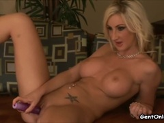 Gorgeous Riley Chase toys her pussy