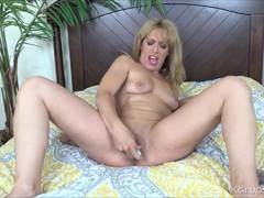 Stevie Lix Toys Her Pussy With Dildo