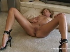 Stephanie Spreads And Wanks Off With A Fuck Toy