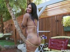 Bonnie Rotten squirts as she is drilled in her butthole